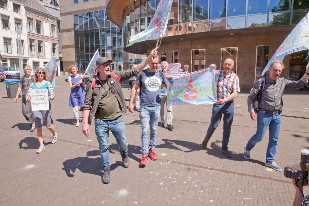 1 juni 2021: de petitie 'Snelweg A27 Niet Verbreden' wordt met130.000 handtekeningen online aan de Tweede Kamer overhandigd, actievoerders demonstreren tegelijkertijd voor het parlement. In Den Haag. Foto: Rob Huibers.